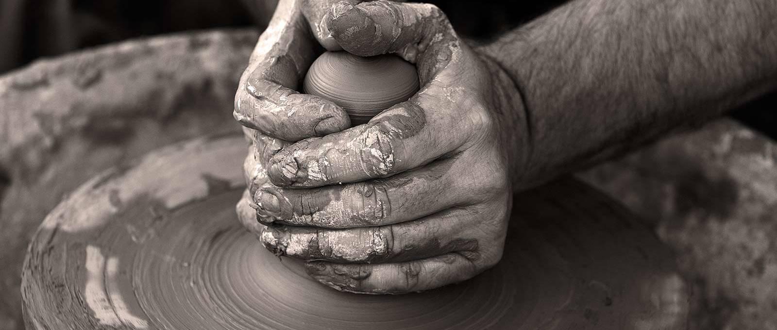 руки в глине